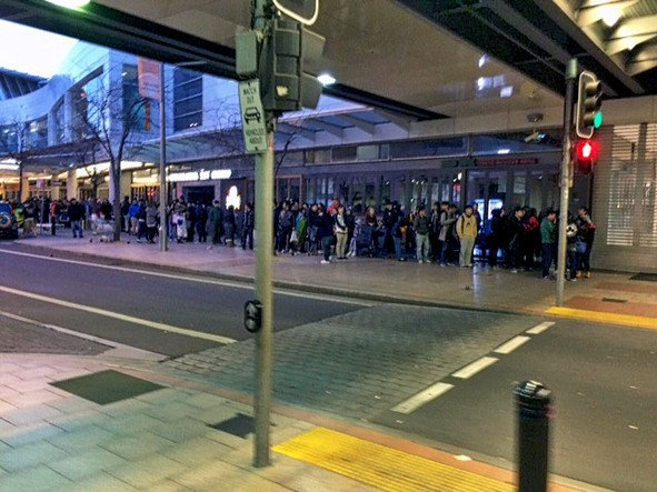 Fronta na nové iPhony 6 před Penrith Apple store v Sydney