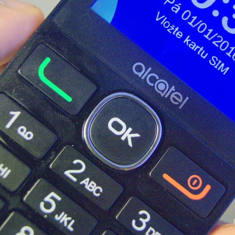 Hromadná recenze levných tlačítkových Alcatelů: dinosauři žijí
