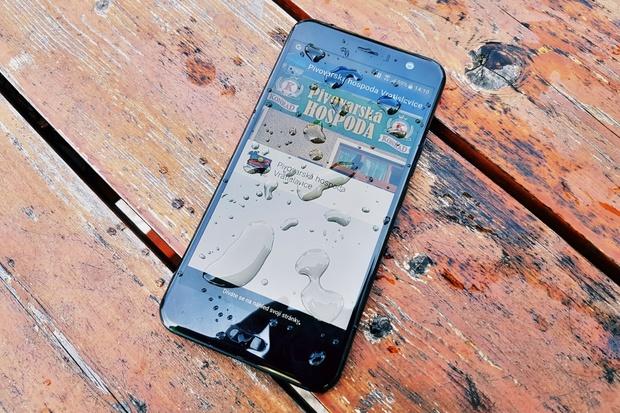 HTC U11 na kolenou. V testu odolnosti se zlomilo