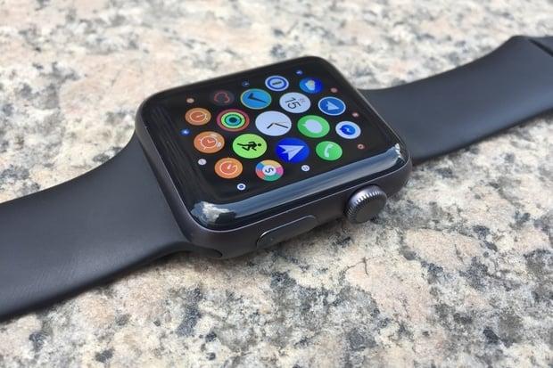 Apple po fiasku odstranil adaptér i z balení luxusních verzí Apple Watch