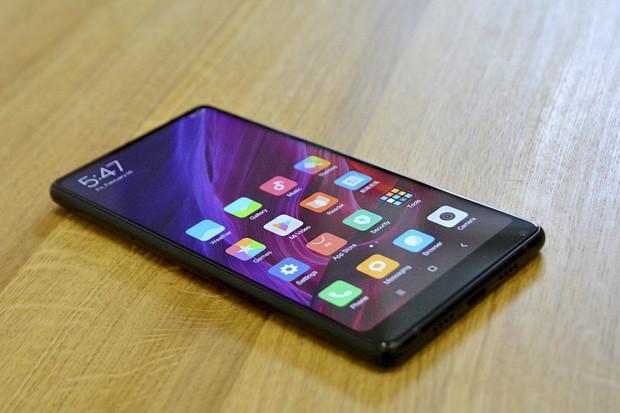 První dojmy z Xiaomi Mi MIX 2: menší telefon, větší rámečky