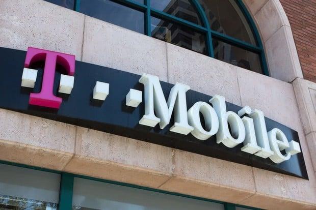 """T-Mobile v říjnu: pár menších slev, novinky od Xiaomi i """"fanouškovský"""" Samsung"""