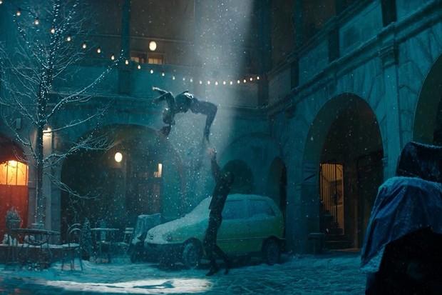 """Apple opět natočil vánoční reklamu v """"zasněžené"""" Praze. Podívejte se"""