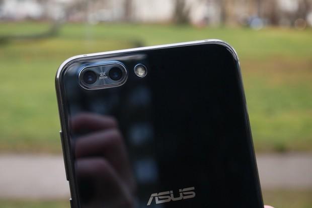 ASUS ZenFone 4 Pro v redakci. Podívejte se na něj zblízka v naší galerii