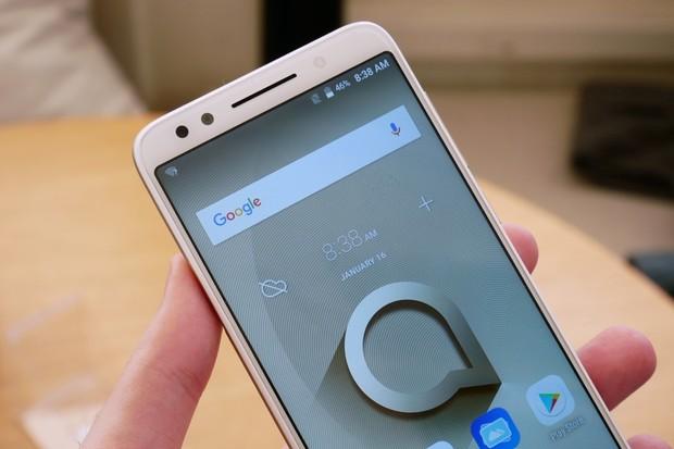 Základ s velkým displejem a bohužel starším Androidem. To je Alcatel 3X