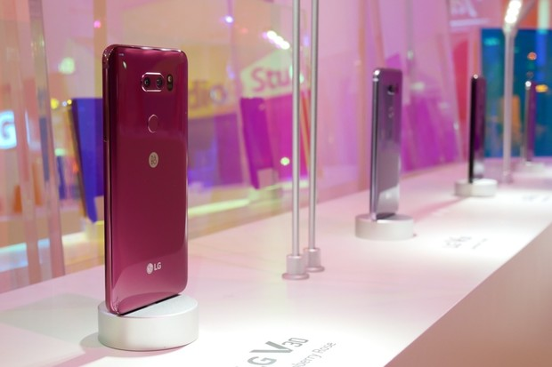 Nafotili jsme pro vás všech 8 barevných variant LG V30S ThinQ