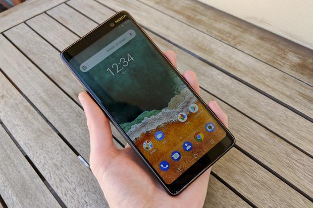 Měděná kráska z rodiny Android One v redakci. Ano, testujeme Nokii 7 Plus