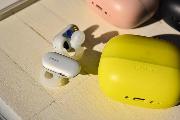 Bezdrátová sluchátka Sony WF-SP900 odolají i slané vodě a nabídnou vlastní paměť