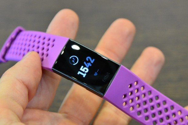 Nový náramek Fitbit Charge 3 naživo: hezčí a chytřejší