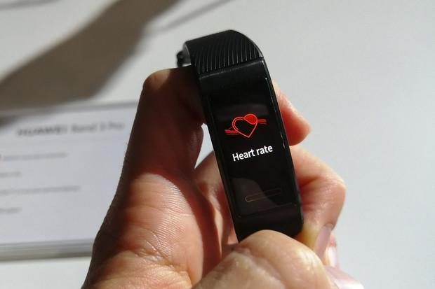 Vkusný a s GPS. Takový je nový fitness náramek Huawei Band 3 Pro