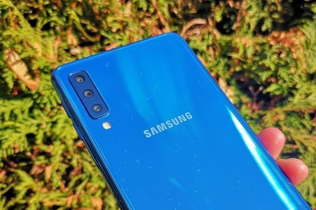 Trojočko v redakci. Začínáme testovat Samsung Galaxy A7 (2018)