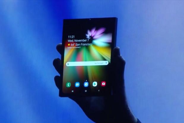 Na CESu se objevil také ohebný smartphone od Samsungu. Vyfotit se ale nenechal