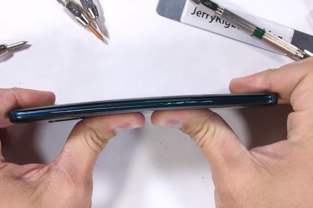 YouTube kanál JerryRigEverything udělil Huawei Mate 20 Pro pochvalu, ale i výtku