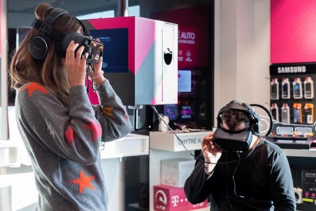 T-Mobile si v prodejně na Roztylech pro zákazníky připravil zónu s VR