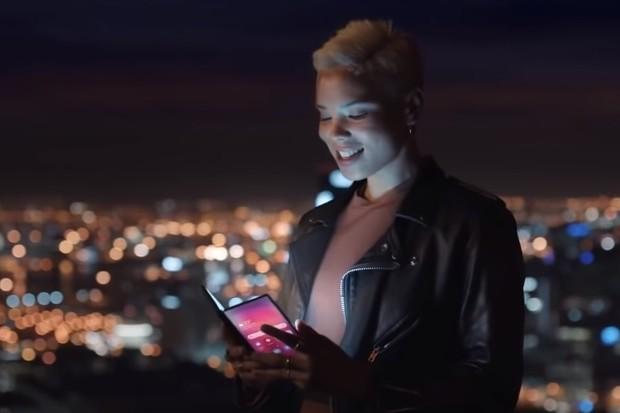 Skládací Samsung zřejmě spatřen v reklamě. Podívejte se na video