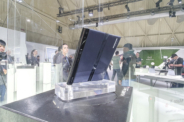 Huawei Mate X2 by se mohl ohnout naopak. Připomínal by Galaxy Fold