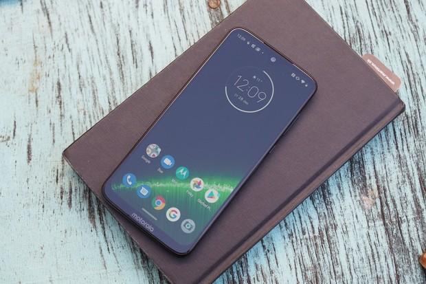 Motorola Moto G7 Plus získává v ČR a na Slovensku Android 10