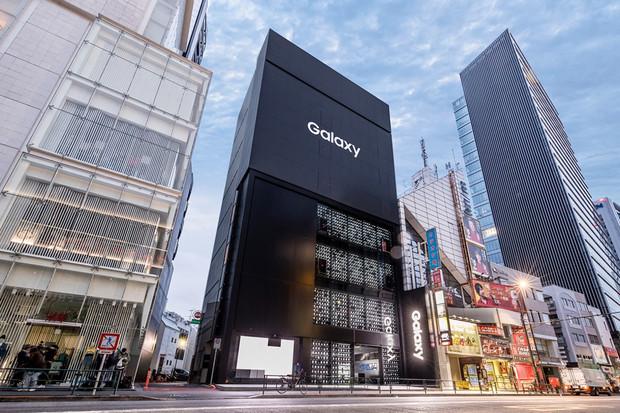 Samsung otevřel nový obchod v Japonsku. Zdobí jej tisíc modelů Galaxy