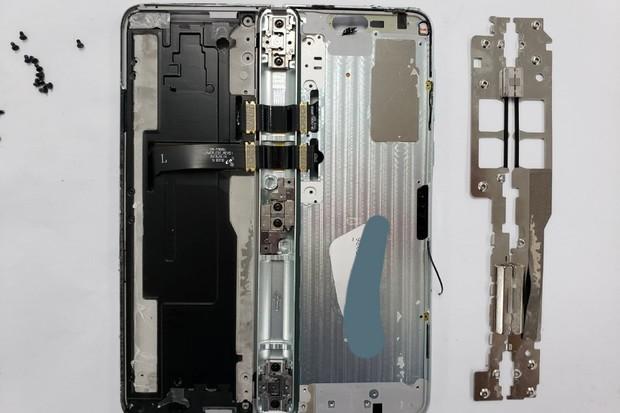 Nahlédněte s iFixit do útrob upraveného Samsungu Galaxy Fold. Co se změnilo?