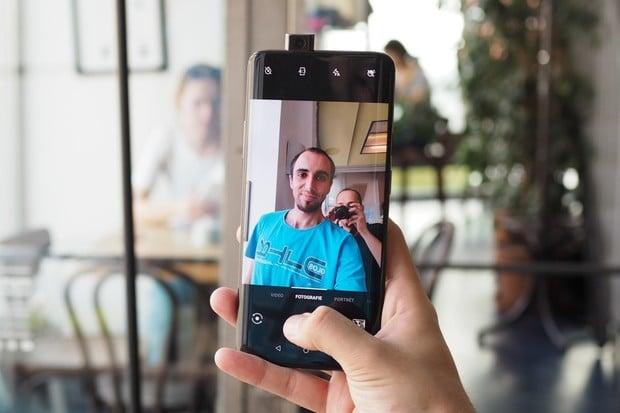 """OnePlus v současnosti testuje """"vynucený"""" tmavý režim"""