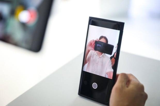 Oppo představilo jako první výrobce smartphonů na světě selfie kamerku pod displejem
