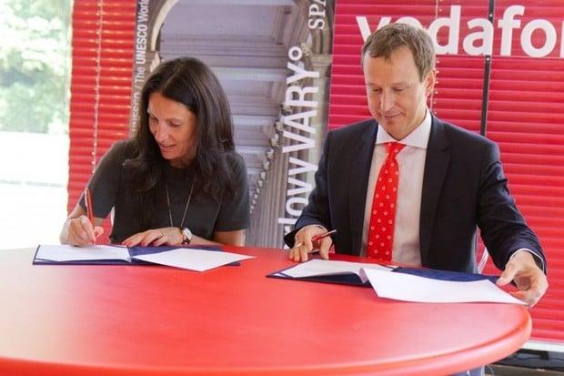 Vodafone a Karlovy Vary podepsaly memorandum o spolupráci na chytrém městě