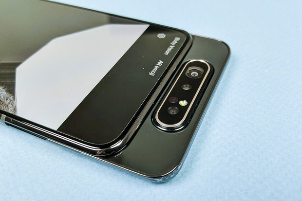 Samsung možná chystá Galaxy A82. Bude mít opět otočný fotoaparát?