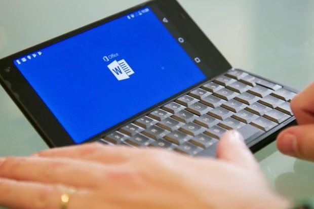 Čekání na telefony s fyzickou klávesnicí se protahuje