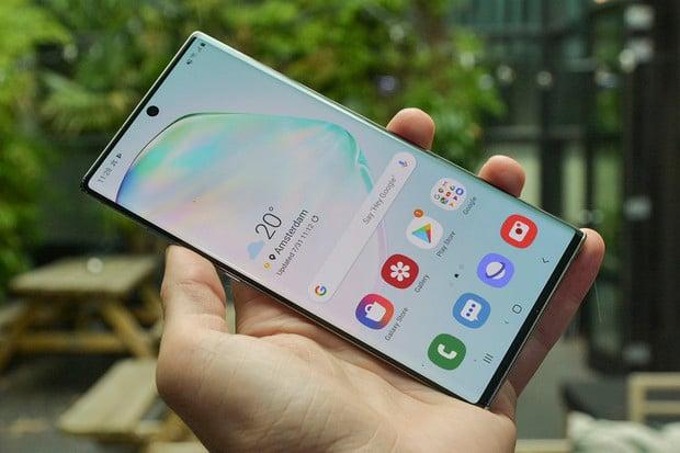Na problémy s čtečkou v displeji Samsungů reaguje i Komerční banka