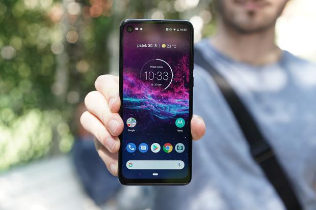 Motorola zlevňuje své telefony. One Zoom vyjde na 7,5 tisíce korun