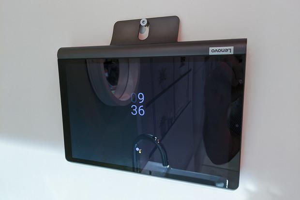 Chytrý asistent, nebo tablet? Lenovo Smart Tab zastane obojí