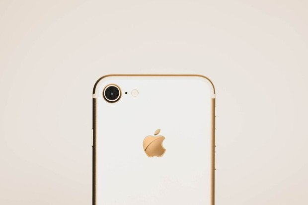 Zpátky ke kořenům? Další generace iPhonů by mohla oživit svítící logo Apple
