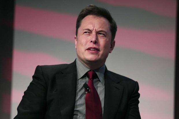 Elon Musk mění telefony jako na běžícím páse. Tystaré nechává zničit