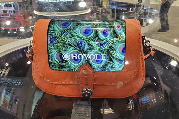 Na stánku Royole byly k vidění nejen kabelky s ohebným displejem