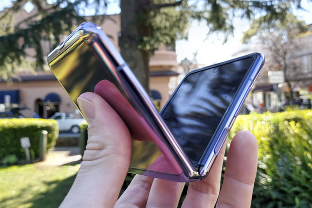 Nejlevnější ohebný telefon? Galaxy Z Flip nestojí už ani 20 tisíc Kč