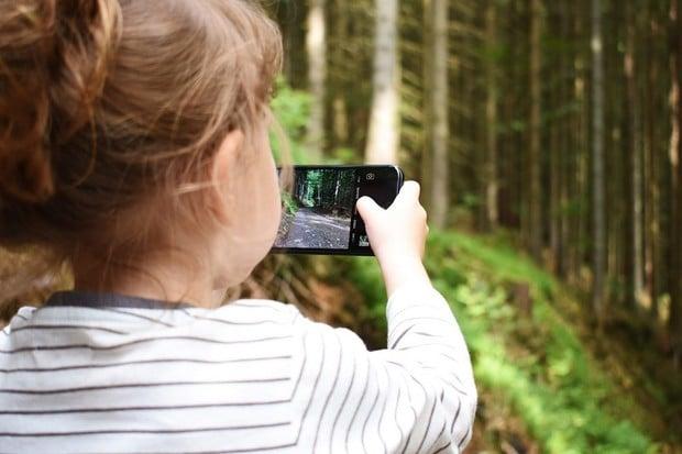 Pětina českých školáků nyní tráví 4+ hodin denně na telefonu a tabletu