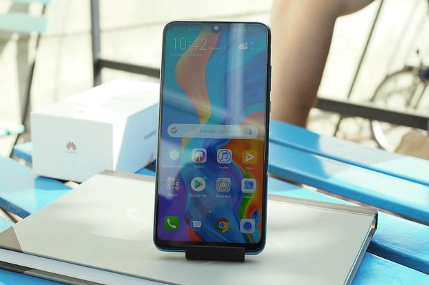 Huawei  P30 Lite lze během května v e-shopu T-Mobile pořídit už od 999 Kč