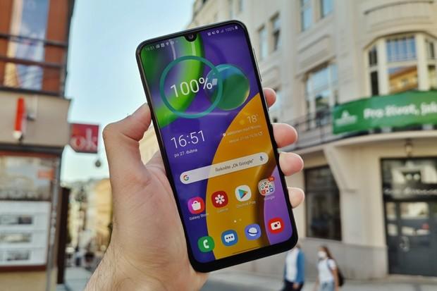 Samsung Galaxy M21 má 6 000mAh baterii. Uhádnete, kolik dní vydržel bez nabíječky?