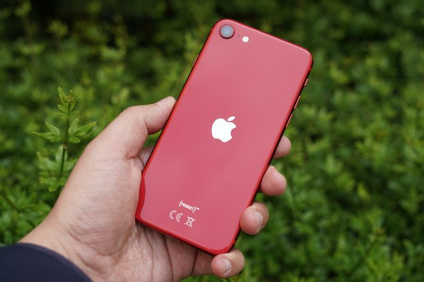 Otestovali jsme: jak rychle se nabíjí a vybíjí nový iPhone SE (2020)?
