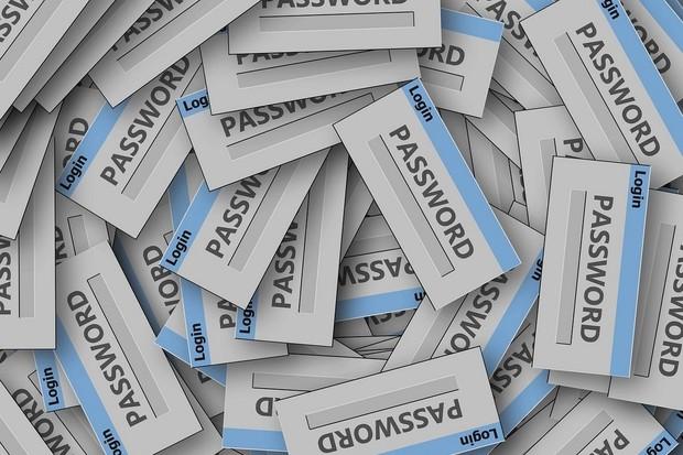 Podle průzkumu si 1/3 Čechů píše hesla na papír. Experti říkají, že riskují