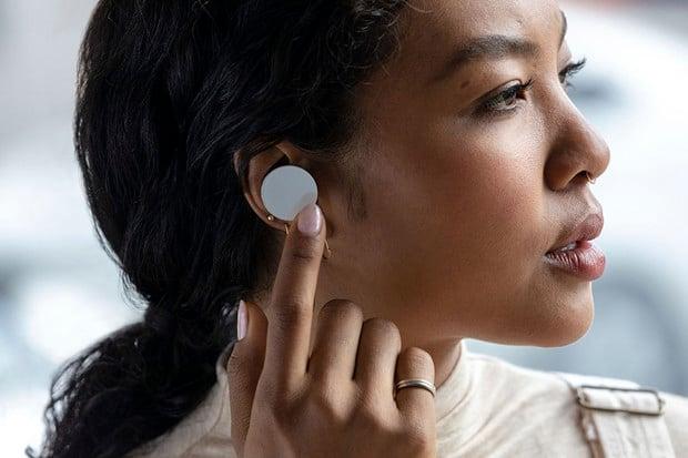 Sluchátka, nebo šperk? Microsoft začíná prodávat Surface Earbuds