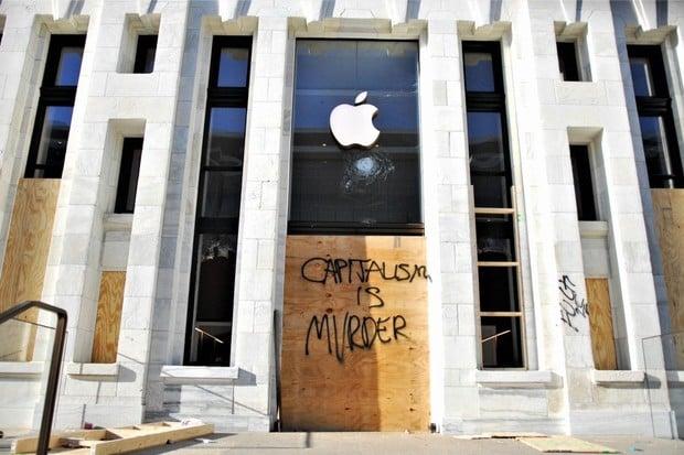 Vzbouřenci v USA vzali útokem Apple Store a několik jich vyrabovali