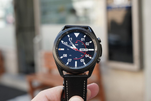 Chytré hodinky od Samsungu umí měřit EKG, nově i v České republice