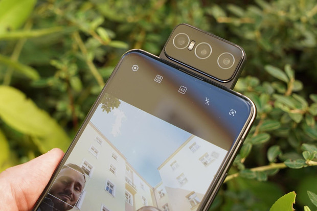 ASUS ZenFone 7 Pro s výklopným fotoaparátem rozebrán. Jak vypadá uvnitř?