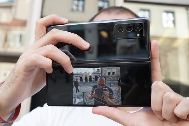 Ohebný Samsung Galaxy Z Fold2 v testu odolnosti: konstrukce mile překvapila