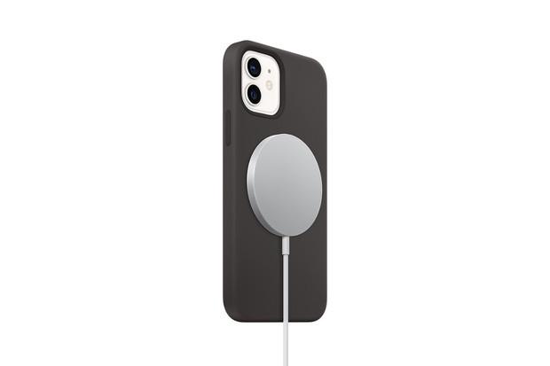Jak rychle se nabije iPhone 12 skrze MagSafe v porovnání s Lightning konektorem?