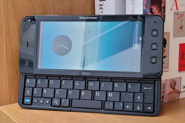 Podívejte se na nikdy nezveřejněný prototyp smartphonu Sony VAIO z roku 2010