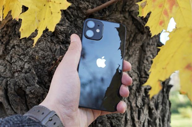 Majitelé iPhonů 12 si stěžují na rychle se vybíjející baterii
