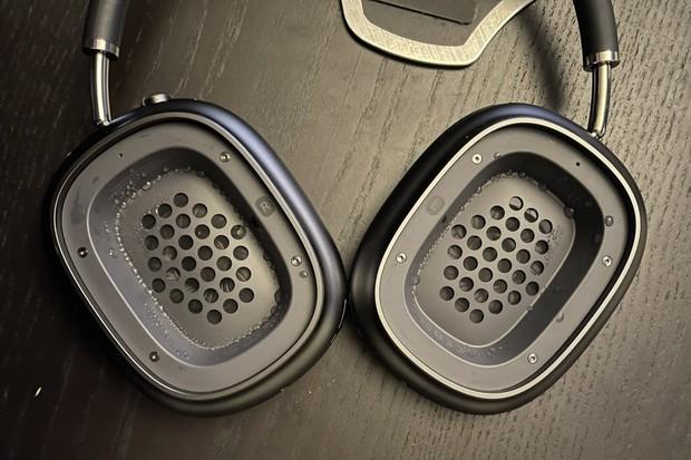 Sluchátka Apple AirPods Max mají problém. Objevuje se v nich voda