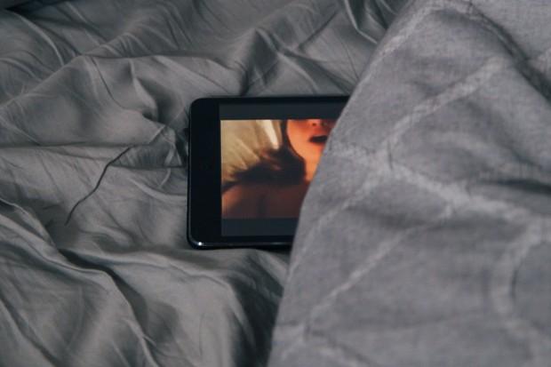 Pornografie na zpravodajských webech ukazuje nečekaná rizika vkládaných videí